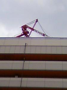 工事中のサンシャインシティ屋上のクレーンが倒れていました